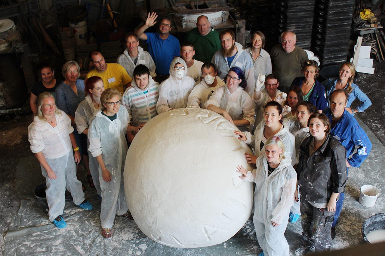 Kugelskulptur für Gedenkstätte Waldniel Gruppenfoto mit Team-struber_gruber in der Giesserei Anft